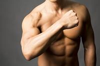 筋肉をみせる日本人男性