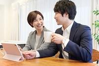 スーツを着た日本人夫婦