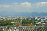 復旧工事中の熊本城バックに走行する九州新幹線
