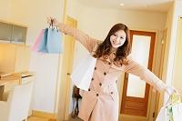 買い物袋を持つ日本人女性