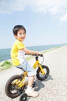 自転車に乗る日本人の男の子