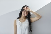 夏の強い日差しを浴びる日本人女性