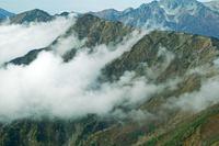 長野県 岩小屋沢岳に湧く雲