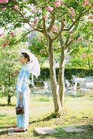 日傘を持つ浴衣の日本人女性