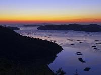 岡山県 カキ養殖筏が浮かぶ虫明湾の曙