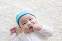 帽子をかぶった日本人の赤ちゃん