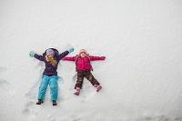 雪遊びをする姉妹