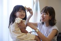 娘の髪を切る母親