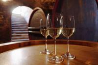 ワイン樽に置かれたグラスの白ワイン