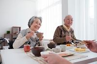 朝食を食べる笑顔の日本人家族