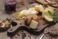 まな板に置いたハンガリーチーズ