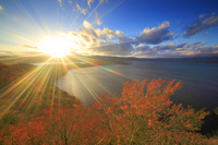 青森県 旧敢湖台から望む紅葉の十和田湖と夕日の光