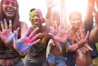 音楽フェスに参加する若者