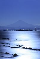 神奈川県 月夜の富士山と相模湾と葉山灯台