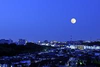 神奈川県 港北ニュータウンの灯と満月