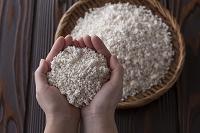 乾燥米麹のバラ麹と掬う手