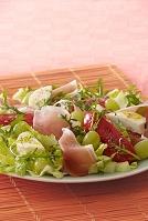 生ハムとチーズと白ブドウのサラダ
