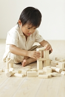 積み木で遊ぶ日本人の男の子