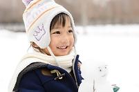 雪だるまを作って遊ぶ日本人の男の子