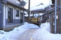京都府 伊根の家並み ショベルカーの除雪作業