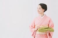 風呂敷を持つ着物の日本人女性