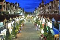 タイ プーケットのパトン・ビーチの夕景の街並み