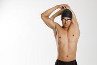 ストレッチをする水泳選手