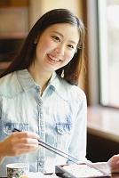 昼食をとる日本人女性