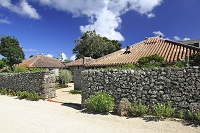 沖縄県 竹富島の石垣と赤瓦屋根の民家