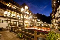 山形県 銀山川の両岸に旅館が立ち並ぶ銀山温泉街