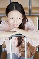 待合ロビーで微笑む日本人女性