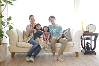 ソファで団らんする日本人家族