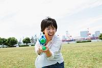 水鉄砲で遊ぶ日本人女性