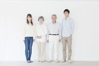 笑顔の二世代日本人家族