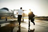 プライベートジェットに乗りこむビジネスマン