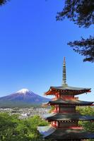山梨県 新倉山浅間公園の忠霊塔と残雪の富士山
