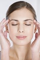 顔のマッサージをする外国人女性