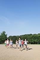 校庭を走る小学生達