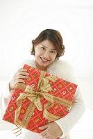 クリスマスプレゼントを持つ若い女性