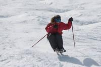 モーグルをするスキーヤー