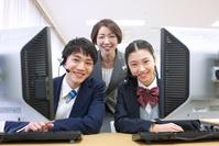パソコンの授業を受ける生徒と教師