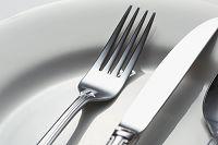 カトラリーと白皿