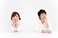 考えごとをする日本人のカップル