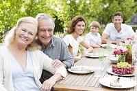 庭で食事をする外国人家族