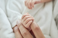 指をつかむ新生児