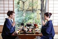 会席料理を楽しむ外国人と日本人の女性
