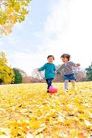 公園でボール遊びをする男の子と女の子