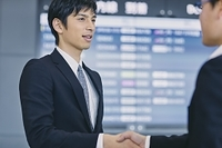 握手する日本人ビジネスマン