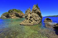 東京都 小笠原諸島 母島 蓬莱根と呼ばれる岩と青い海