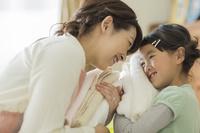 洗濯物をたたむ日本人親子